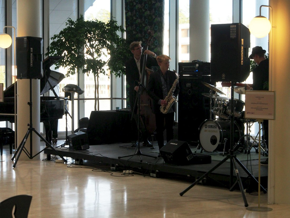 Юные финские джазмены играют в фойе культурного центра Тапиола перед началом «взрослого» концерта