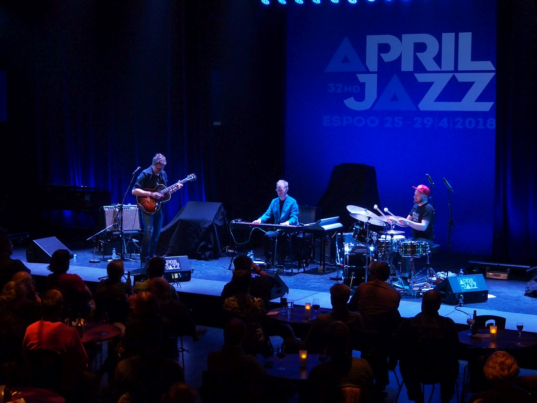 Финский ансамбль Teemu Viinikainen Trio выступает на фестивале April Jazz 2018 года