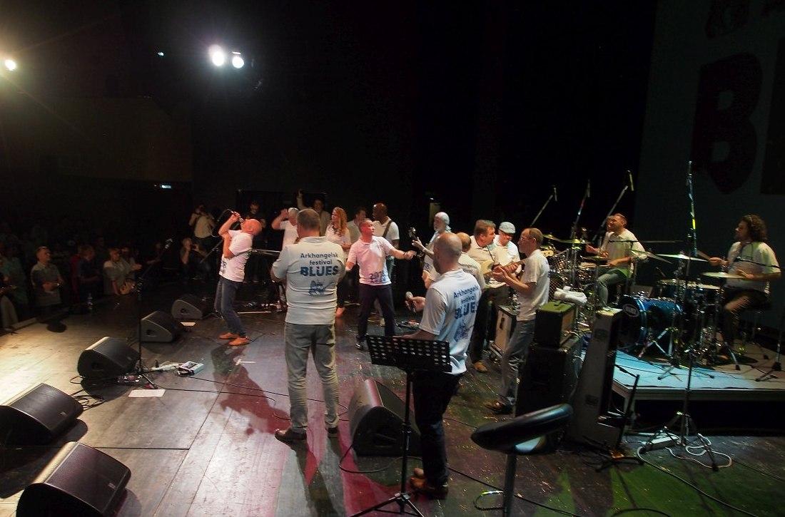 Общий финальный джем фестиваля. Солирует вокалист Константин Седовин, один из организаторов Arkhangelsk Blues.