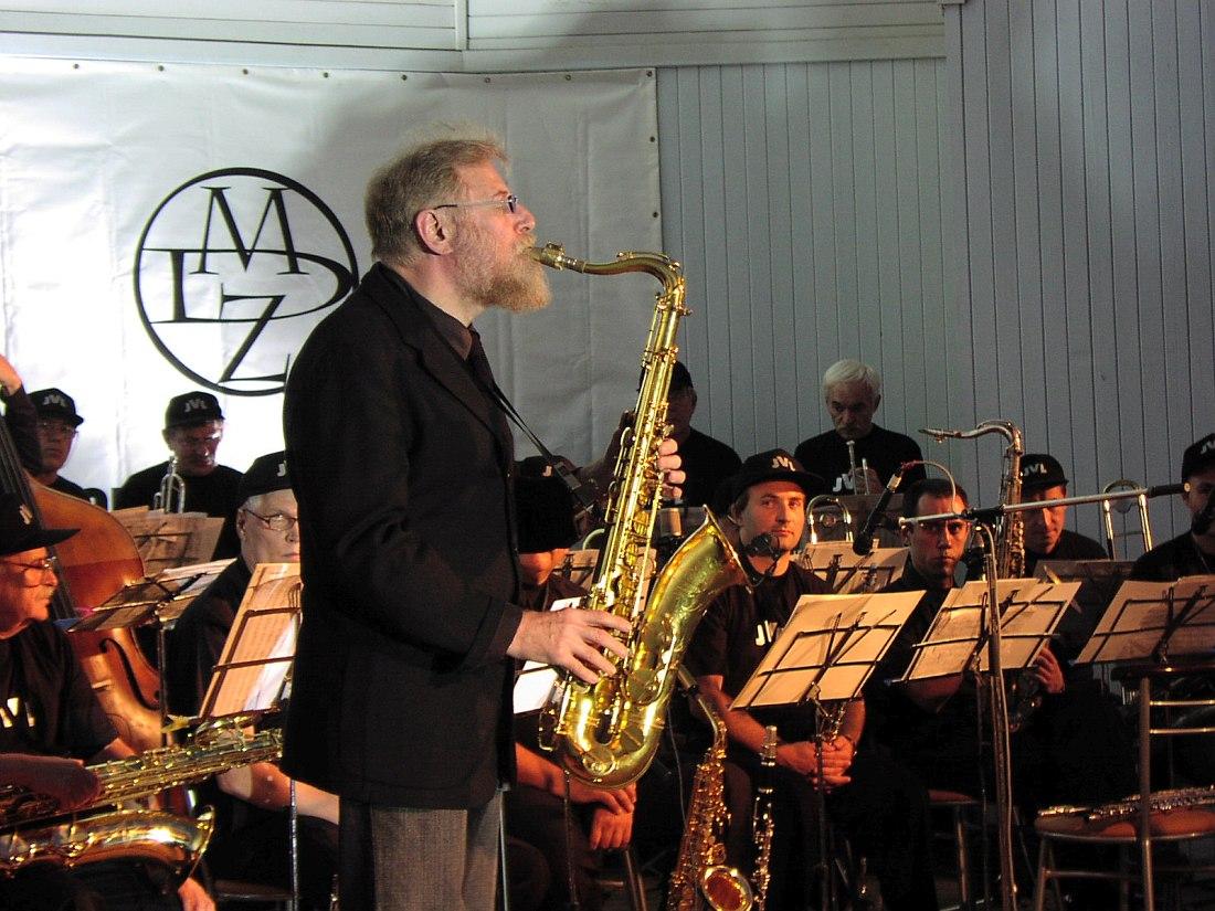 Лу Табакин на сцене сада «Эрмитаж», 16 августа 2003 (фото © Кирилл Мошков, «Джаз.Ру»)