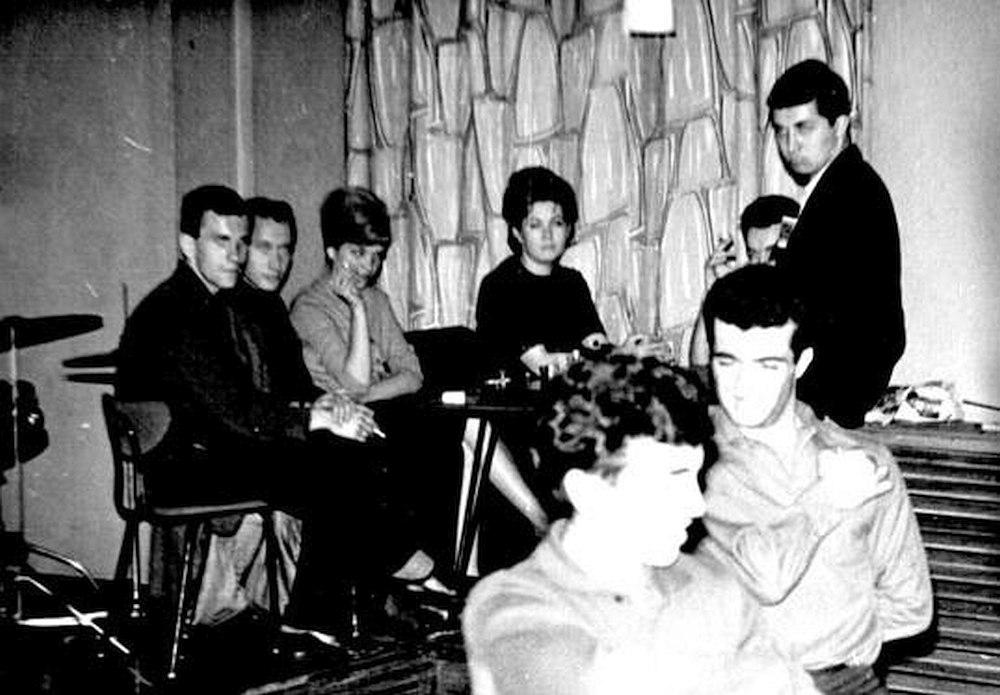 Слева направо: Валерий Буланов, Сеппо Сипари, Тоня – жена В. Буланова, Галя (?), стоит Михаил Грин. Москва, кафе «Молодёжное» (КМ), начало 1960-х.