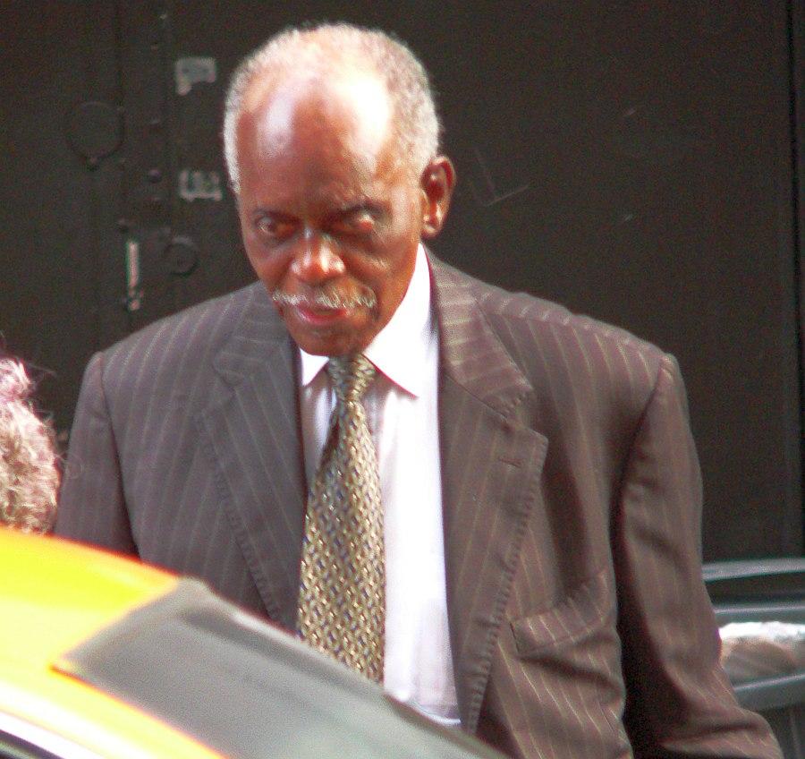 Последнее фото Хэнка Джонса в коллекции автора: Хэнк садится в такси возле нью-йоркского клуба Jazz Standard в июне 2009 г.