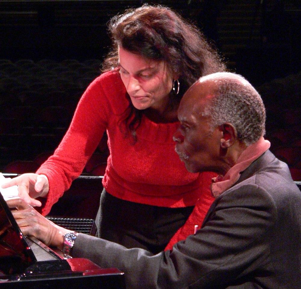 Хэнк Джонс проходит партитуру с вокалисткой Робертой Гамбарини, 2006 (фото © Кирилл Мошков, «Джаз.Ру»; публикуется впервые)