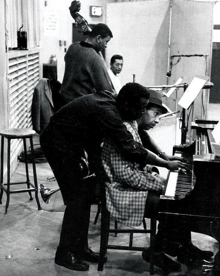В студии, конец 1950-х: вверху Пол Чэмберс и Филли Джо Джонс, внизу Майлз Дэйвис и Ред Гарланд