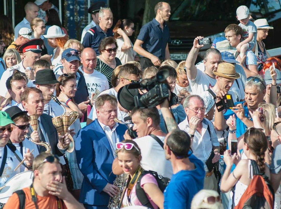 Игорь Бутман (в центре, с саксофоном) на параде Sochi Jazz Festival (фото © Александр Фролов)