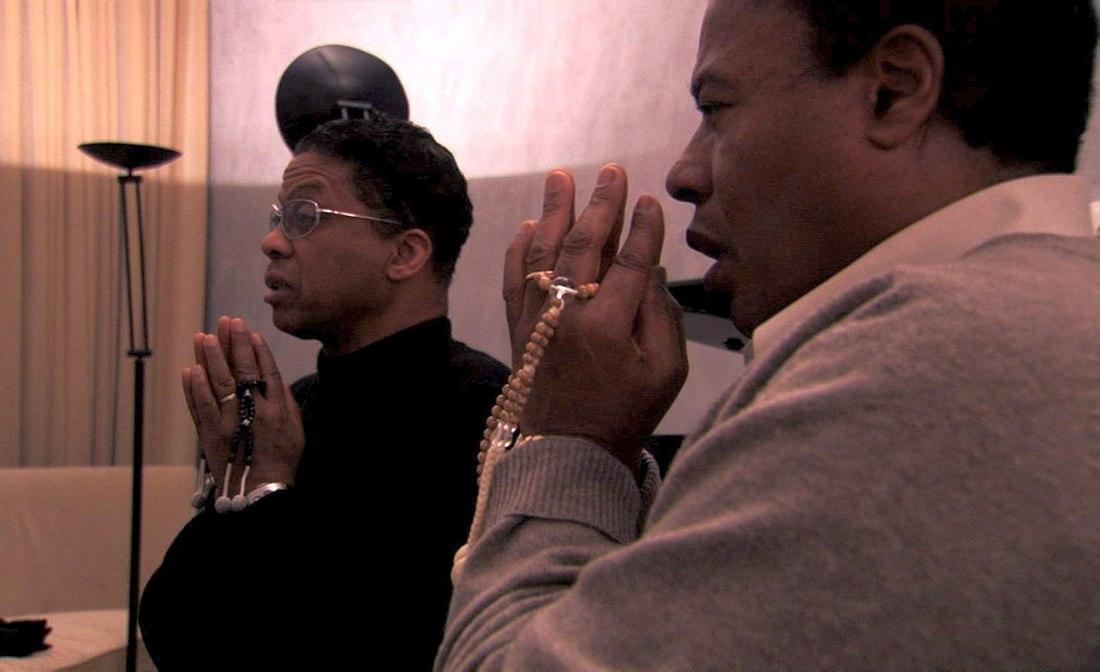 Хёрби Хэнкок и Уэйн Шортер совершают молитву по буддистскому обряду. Кадр из готовящегося к выходу на экраны документального фильма «Wayne Shorter: Zero Gravity»