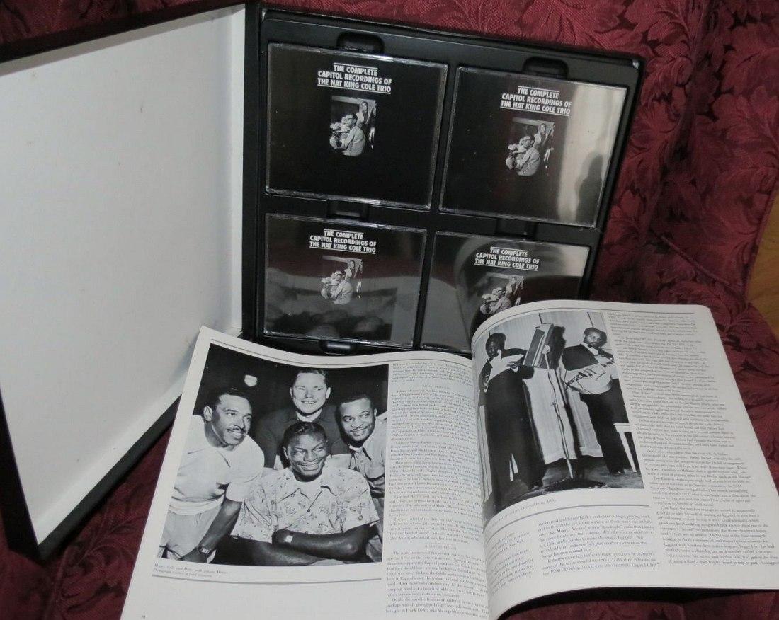 Внутреннее устройство бокс-сета CD (в данном случае 18-дисковой коробки «The Complete Capitol Recordings Of The Nat King Cole Trio», выпущенной Mosaic в 1991 г.: за неё Кускуна получил Grammy за «лучший исторический альбом» 1992 г., единственный раз, когда он был отмечен за издание Mosaic, а не других лейблов.