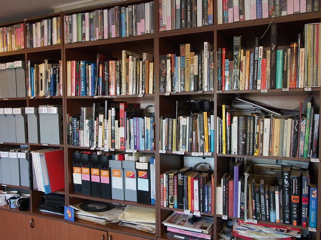Общедоступная часть коллекций в библиотечной комнате Ярославского джазового центра