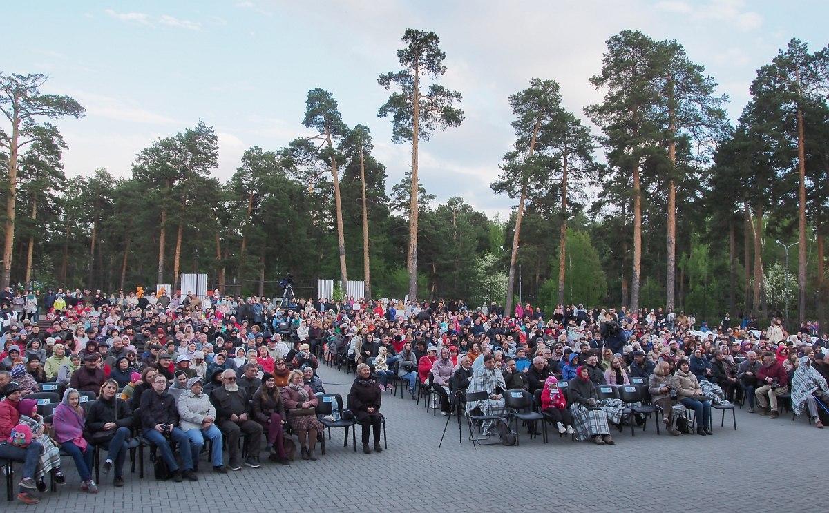 Хорошо утеплённая публика гала-концерта в парке им. Гагарина