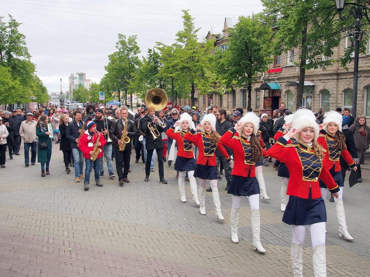 Парад двинулся по Кировке