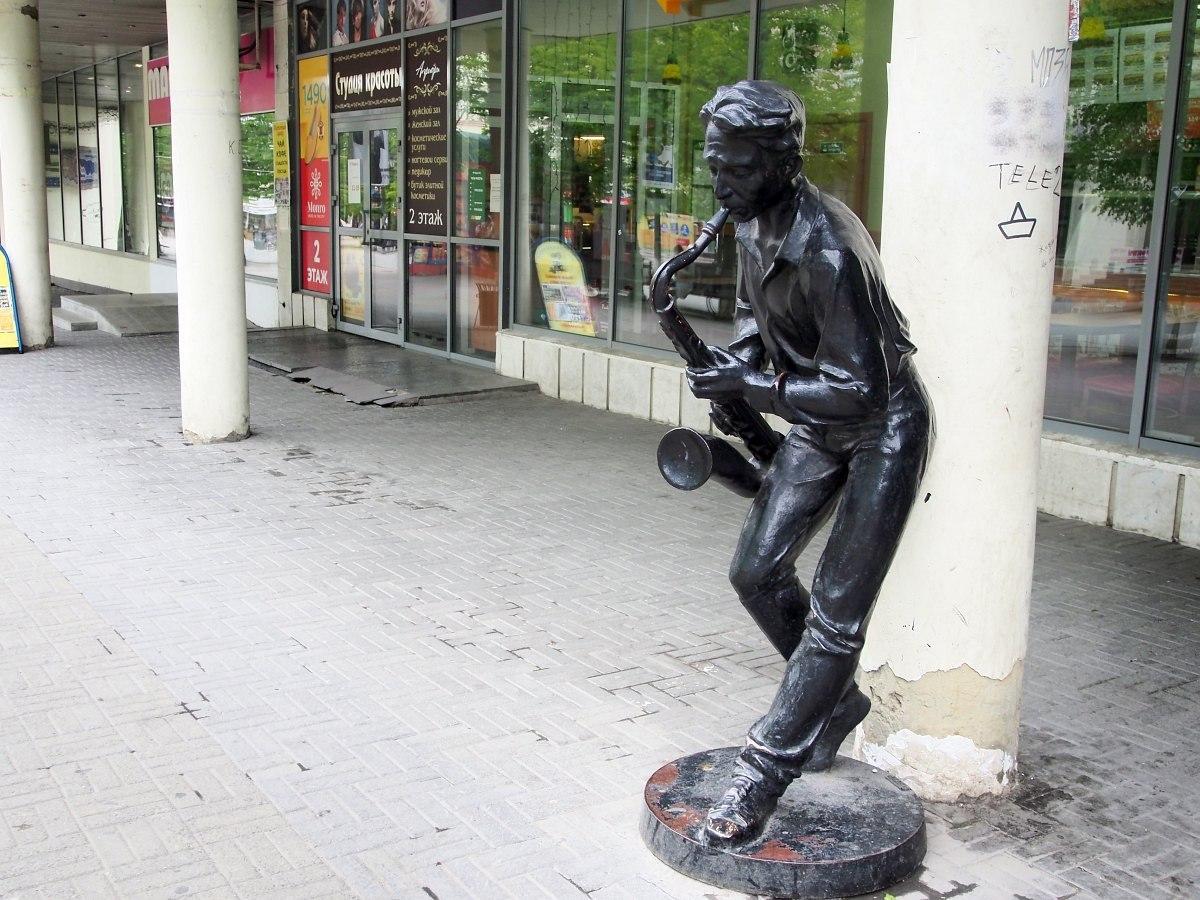 Статуя Неизвестного Саксофониста на Кировке