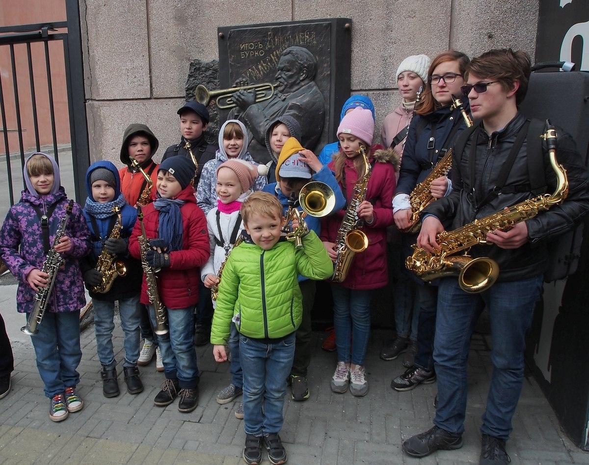 Участники парада у мемориальной доски Игоря Бурко