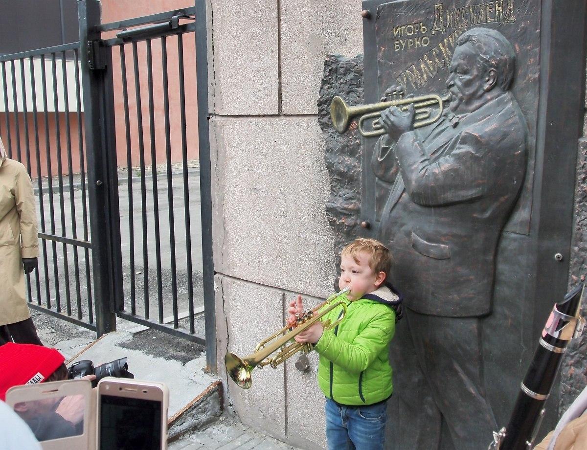 На центральной улице Челябинска установлена мемориальная доска с изображением Игоря Бурко. Сколько в России городов, где местный джазовый музыкант отмечен таким образом?