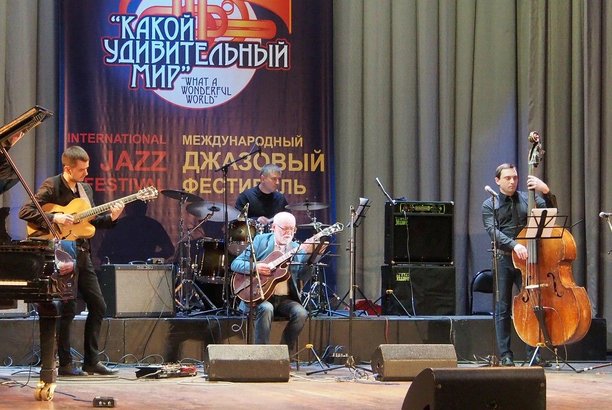 Гитаристы. Сергей Чашкин (стоит) и трио Валерия Сундарева (сидит)