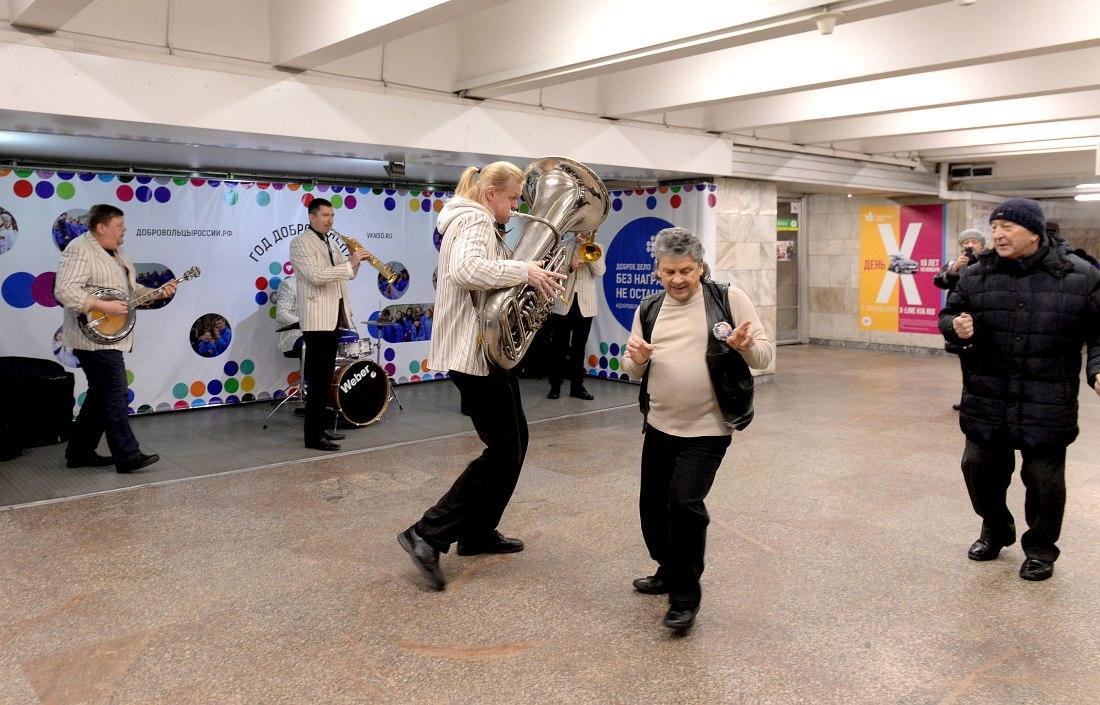 Юбилейный концерт в новосибирском метро. Соло на тубе: Денис Костин. Танцы-шманцы: простые сибиряки.