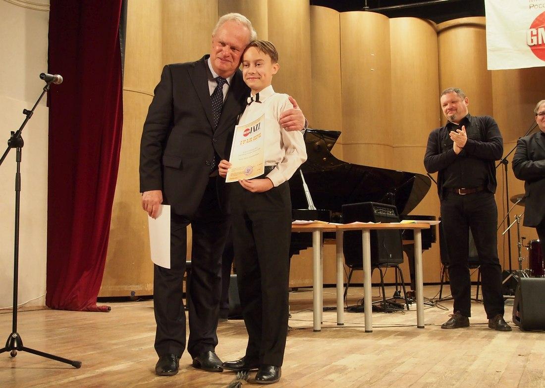 Председатель жюри Анатолий Кролл и лауреат Гран-При Владимир Кошиль