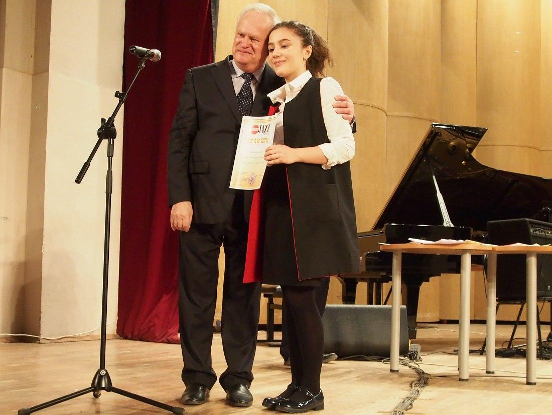 Председатель жюри Анатолий Кролл и лауреат Гран-При Элина Келешян