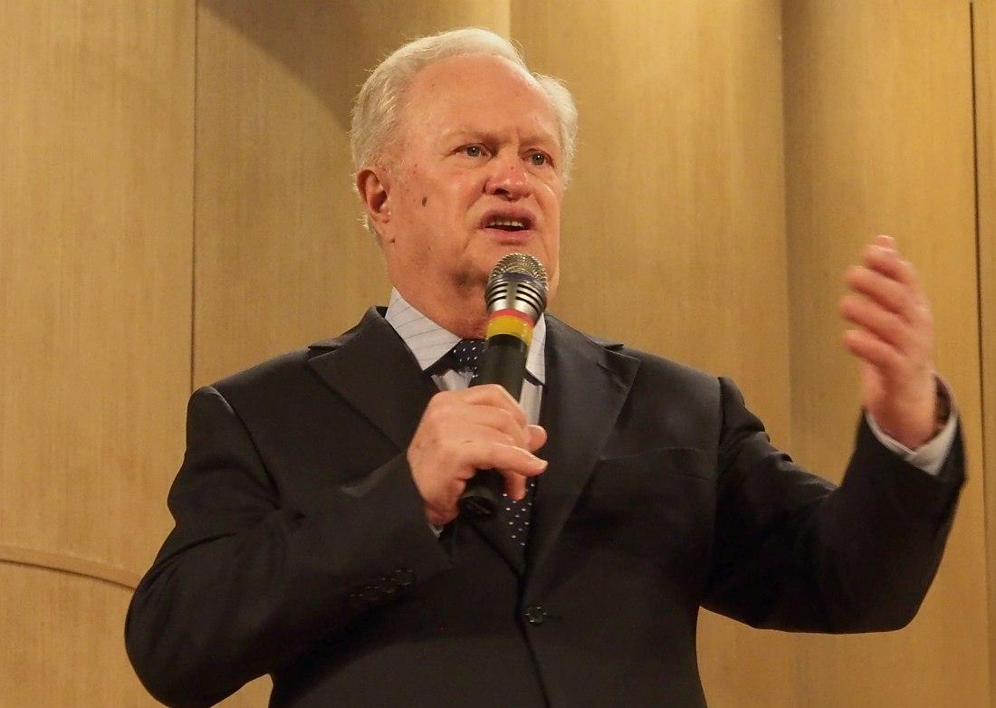 Анатолий Кролл открывает церемонию награждения 9 декабря
