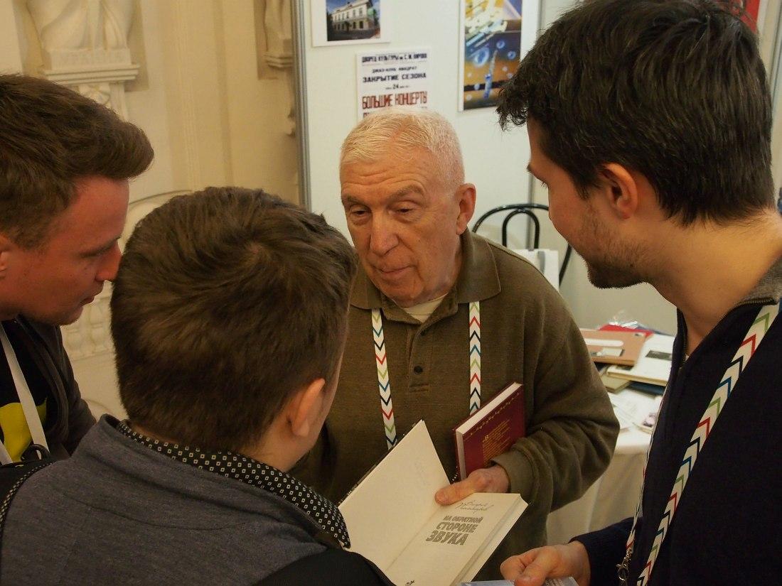 Валерий Пономарёв подписывает молодым музыкантам экземпляры своей книги «На обратной стороне звука»