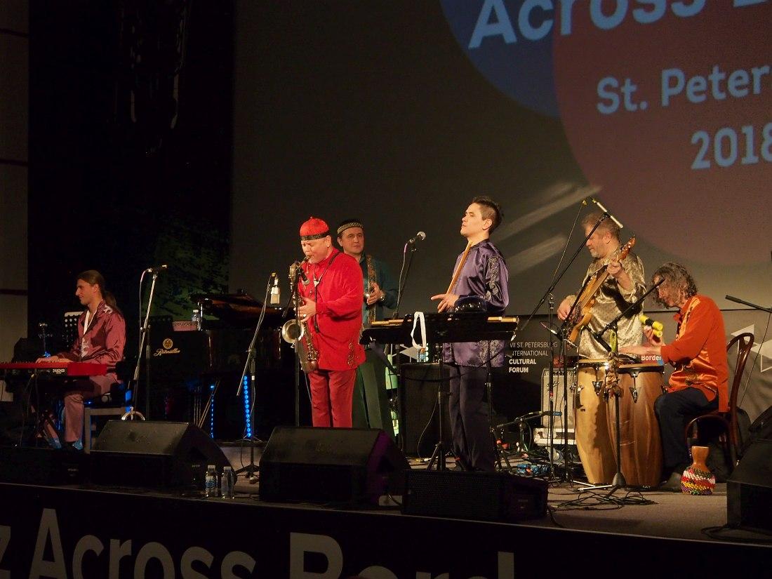 Олег Киреев )тенор-саксофон) солирует со своей группой «Орлан» на шоукейсах Jazz Across Borders
