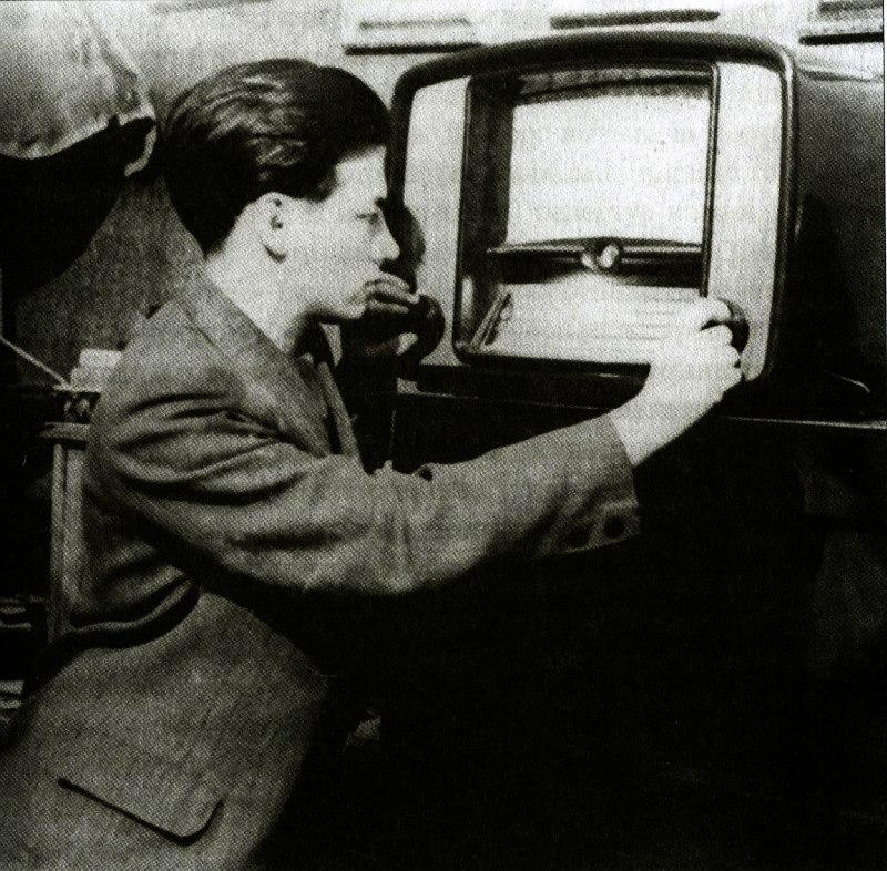 Молодой Владимир Фейертаг у радиоприёмника