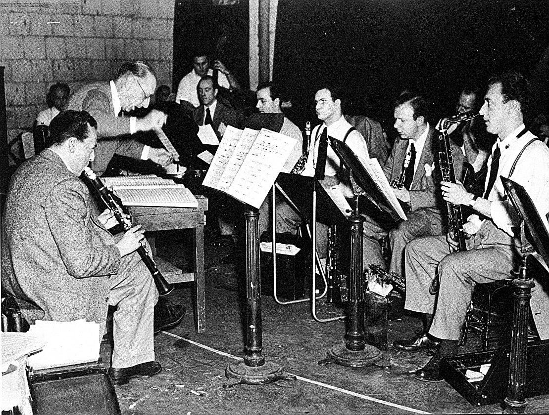 Вуди Херман (крайний слева) и Игорь Стравинский (второй слева) на первой репетиции Ebony Concerto