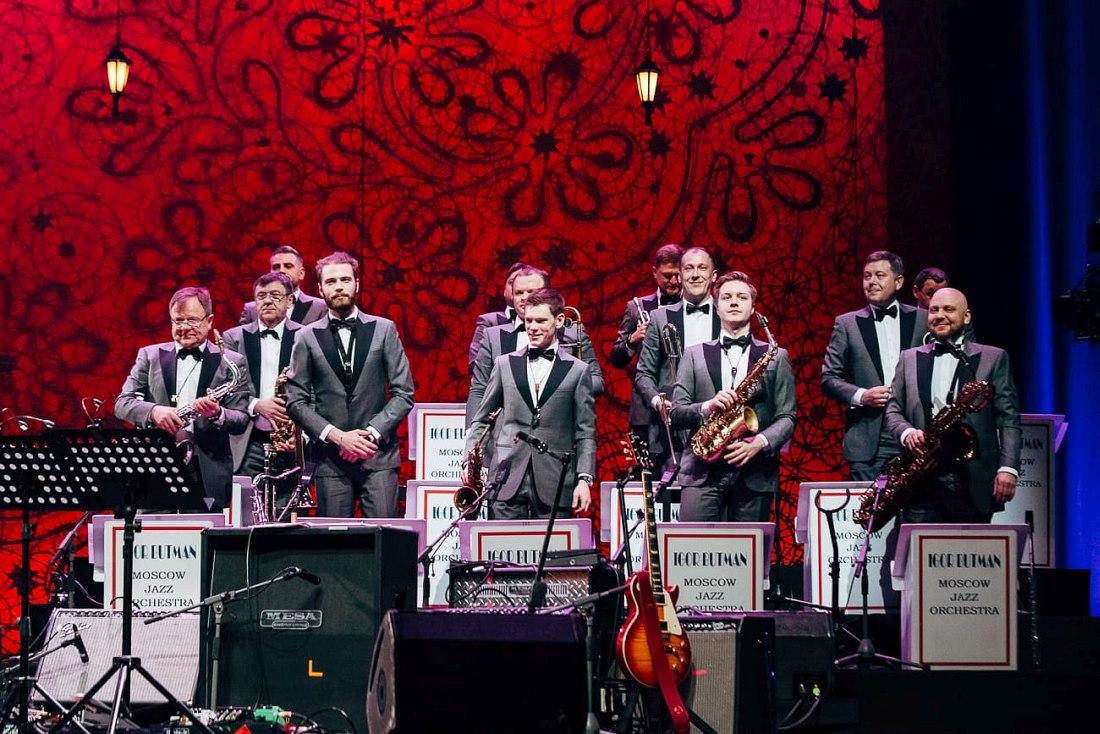 Игорь Бутман (крайний слева) и Московский джазовый оркестр на Всемирном концерте Международного Дня джаза в Санкт-Петербурге (2018)