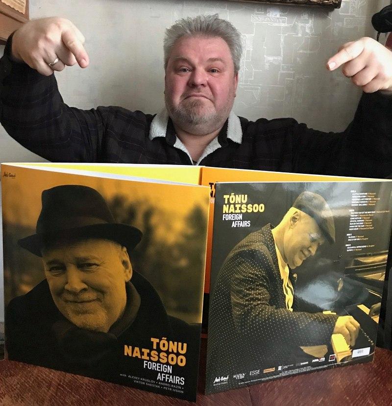 Николай Богайчук и свежеотпечатанные экземпляры двойного винилового альбома «Foreign Affair». Альбом выходит также на компакт-диске и на цифровых платформах.