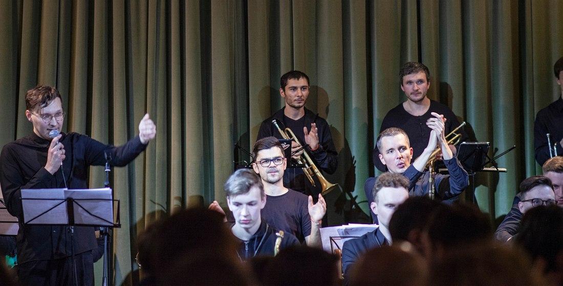 Dizzy Big Band (слева руководитель оркестра Антон Боярских)