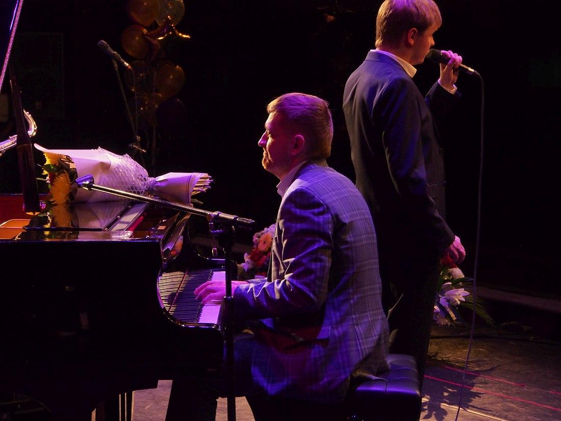 В финале концерта Александр Филиппов играет с ансамблем Игоря Бутмана. Поёт Олег Аккуратов