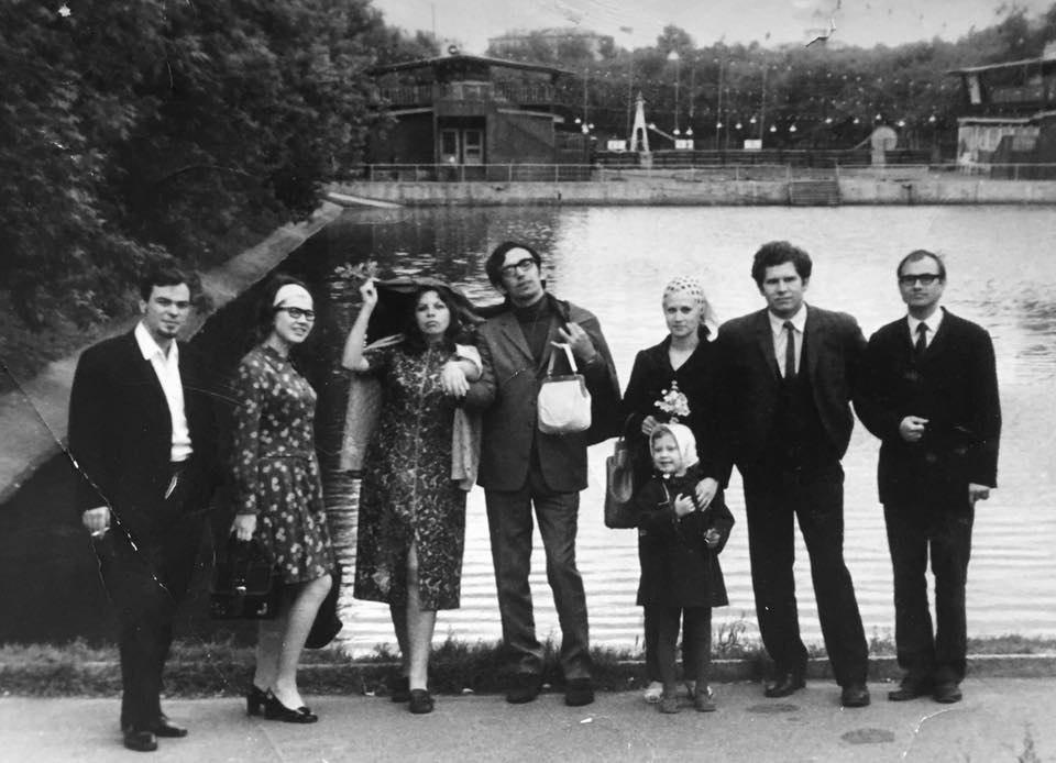 В годы учёбы в Казани с друзьями-студентами. Леонид Винцкевич второй справа, рядом его жена Вероника и дочь Маша.