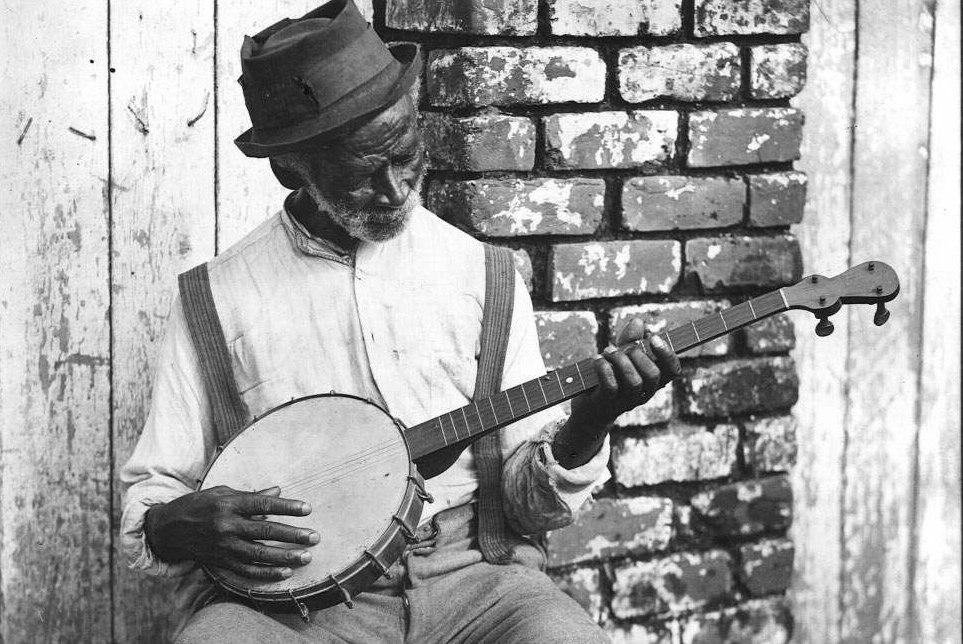 Пожилой афроамериканец играет на банджо (фото 1930-х гг.)