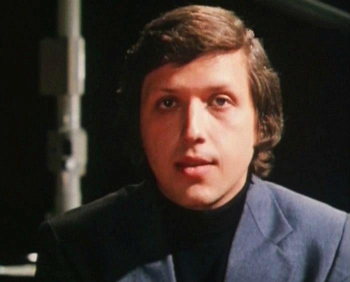 Борис Фрумкин — пианист «Мелодии» — в музыкальном телефильме 1976 г. «Грустить не надо»