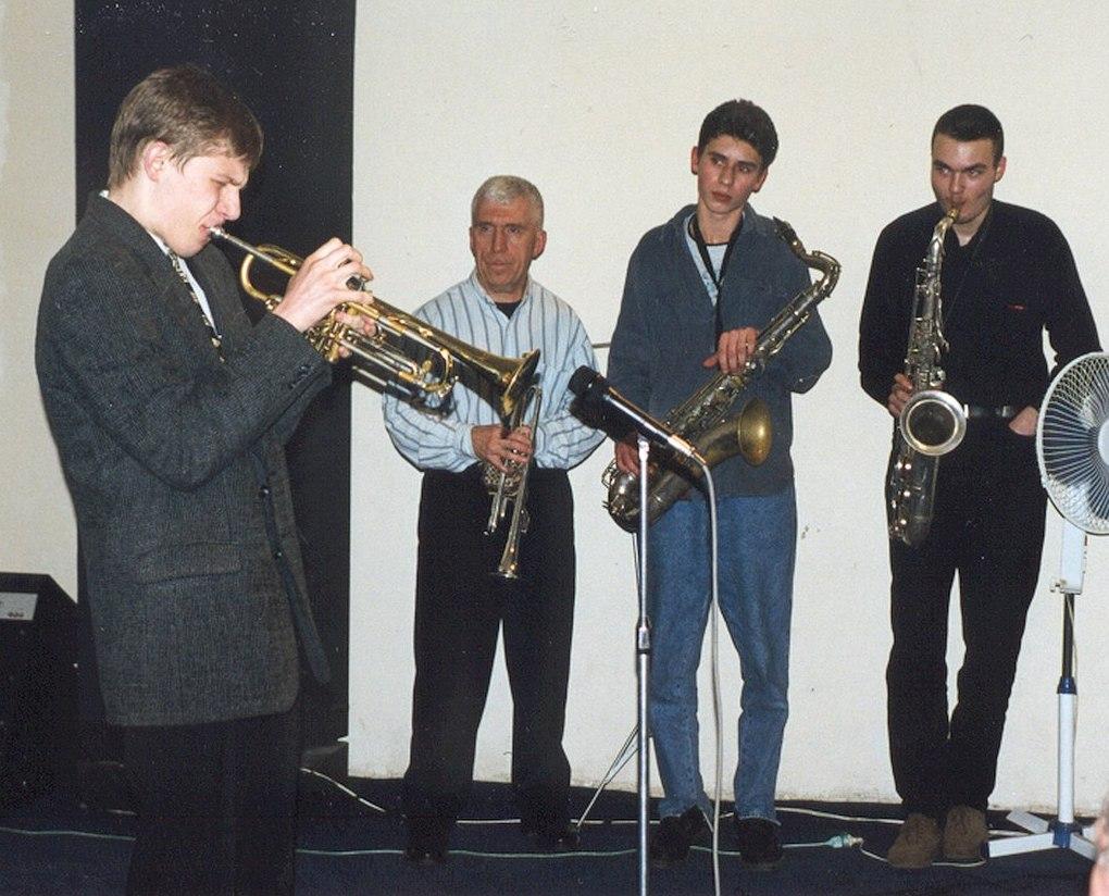 1998, «Джаз Арт клуб» на Беговой. Слева направо: Виталий Головнёв (ныне в Нью-Йорке), русская легенда американского джаза Валерий Пономарёв и нынешние суперзвёзды российского саксофонизма Дмитрий Мосьпан и Сергей Головня