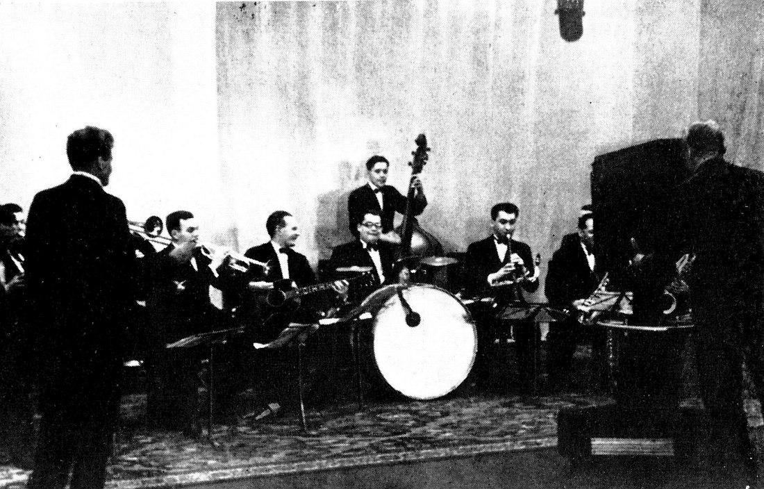 Оркестр п/у Александра Варламова (стоит слева спиной к камере) на Московском телевидении, 1939. За ударными Лаци Олах.