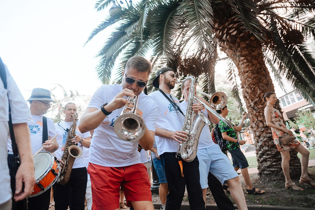 Джазовый парад, с которого традиционно начинается Sochi Jazz Festival
