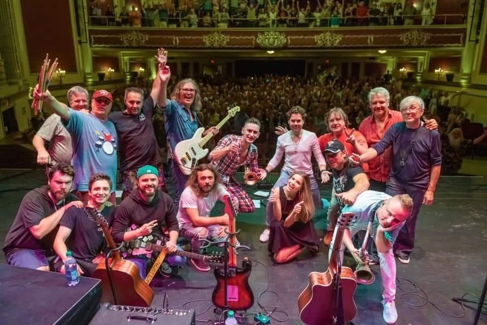 1 августа 2019, центр исполнительских искусств Стрэнд, Платтсбург, штат Нью-Йорк: музыканты, штат и публика группы Leonid & Friends (фото © Bobby Alcott)