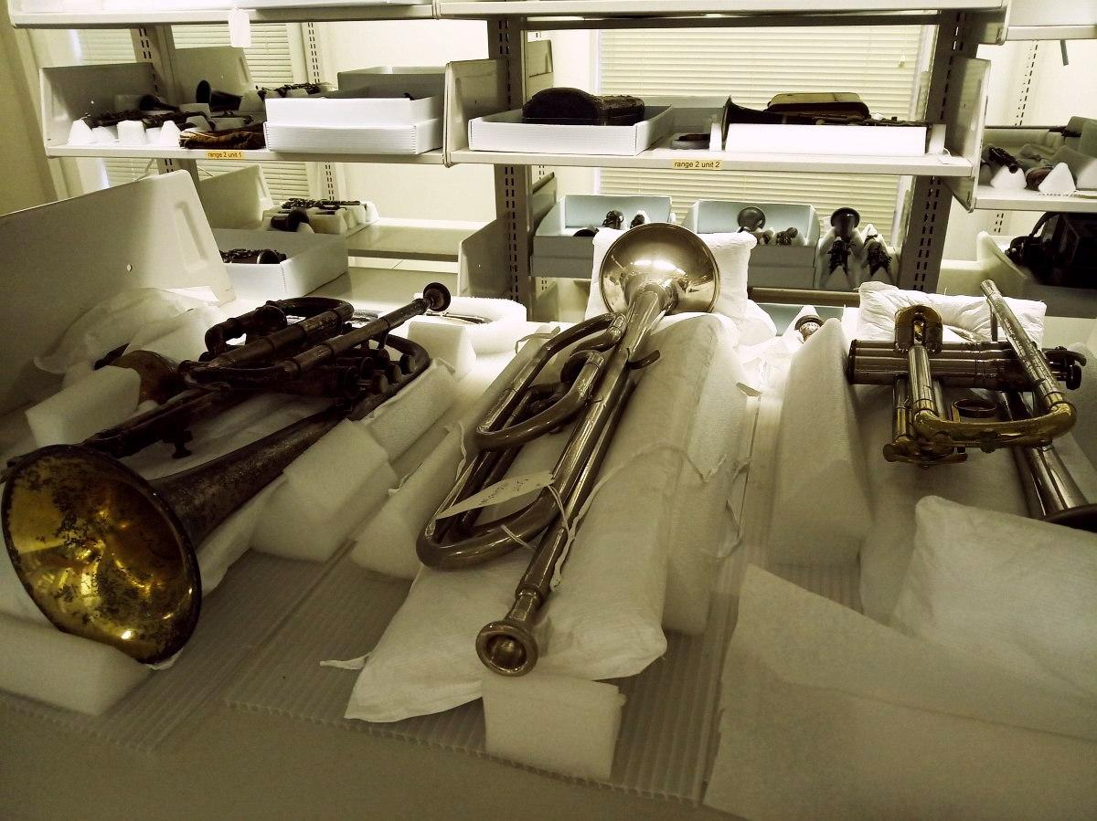 часть фонда музыкальных инструментов Музея Джаза