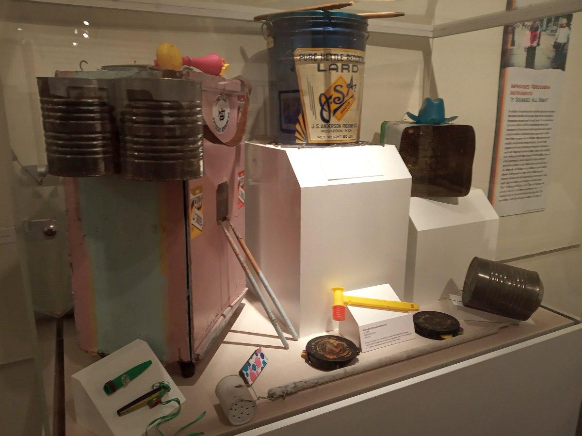 Инструментарий джаг-бэнда: металлические канистры, консервные банки, жестянки, детские пищалки и т.п.