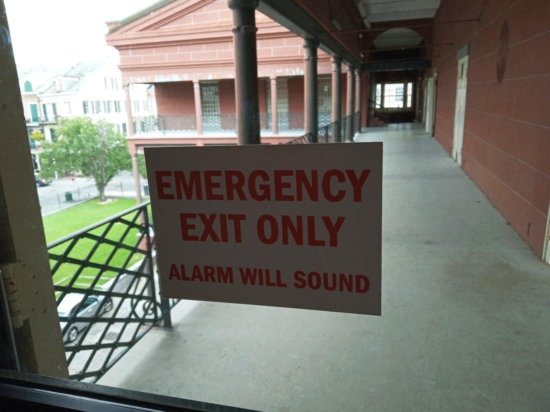 Выйти на эту галерею второго этажа просто так тоже нельзя, только в сопровождении сотрудников.