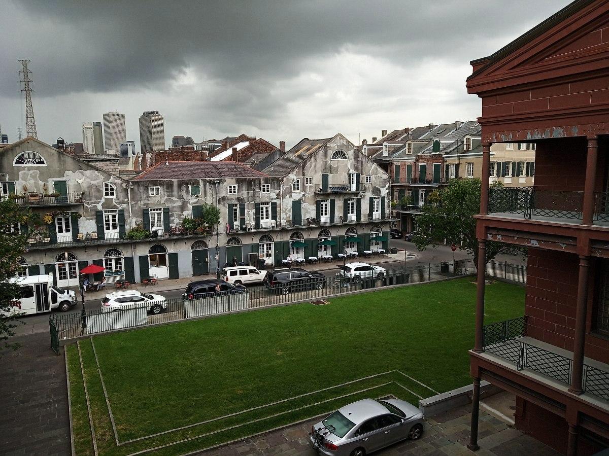 Вид на старинную Барракс-Стрит с галереи, ведущей в рабочую зону Нью-Орлеанского Музея Джаза. Вдали, за крышами Французского квартала, видны высотные здания делового центра города.
