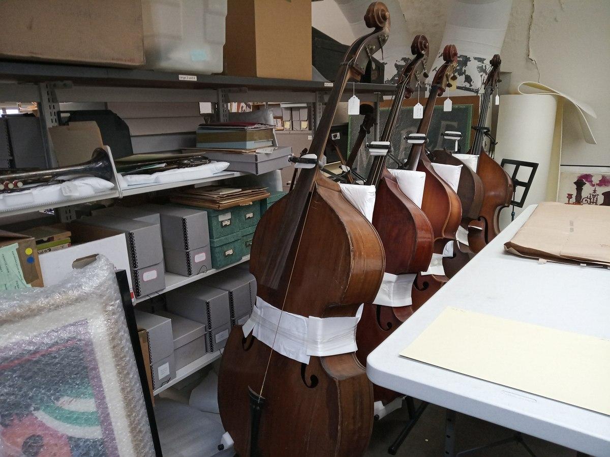 В хранилище коллекции исторических музыкальных инструментов