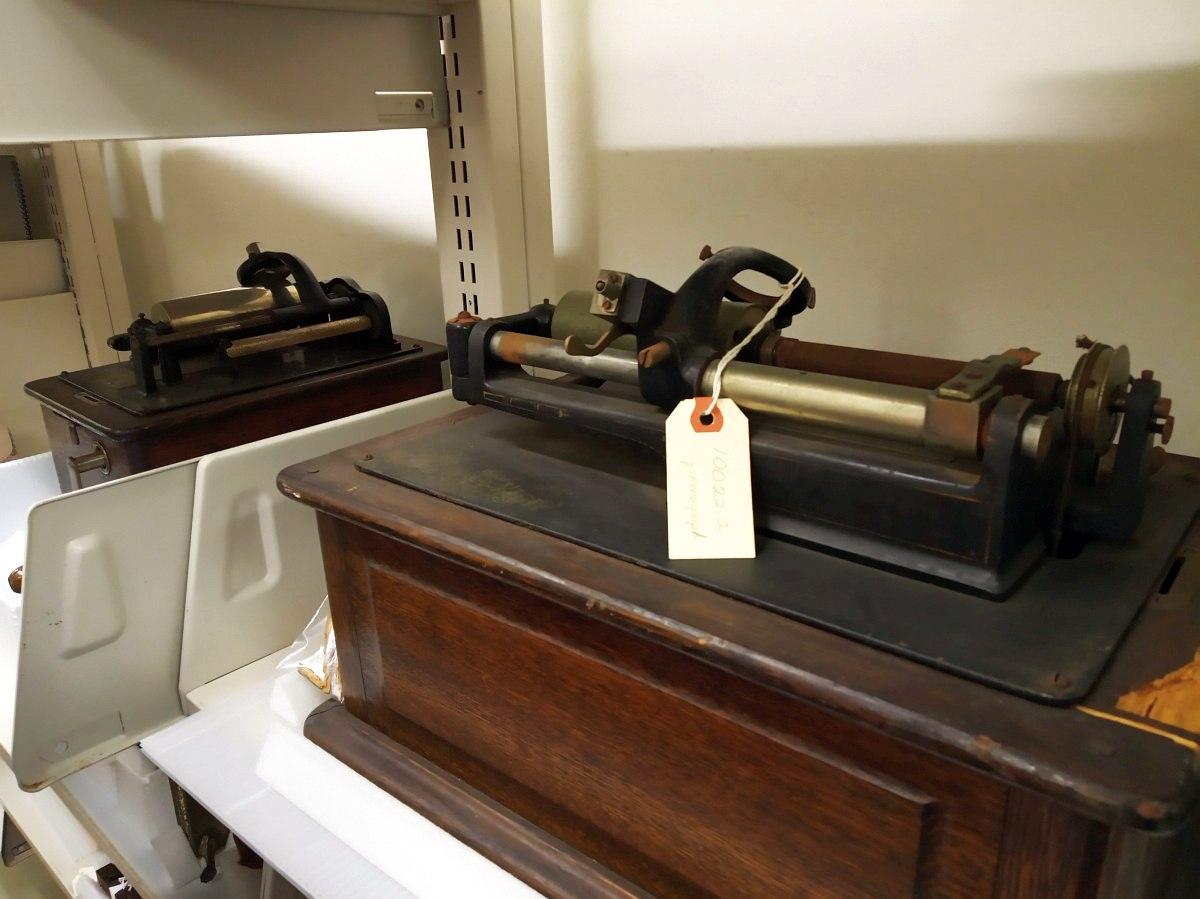 В коллекции New Orleans Jazz Museum гораздо больше, чем два фонографа. Эти два — некомплектные: нет рупоров-усилителей и ещё кое-чего по мелочи.