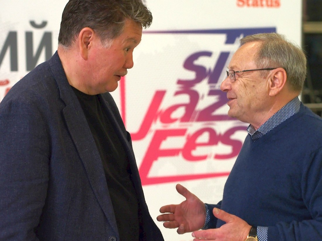 Генеральный директор Новосибирской филармонии Бейбит Мухамедин и Леонид Чижик (фото © Ким Волошин)