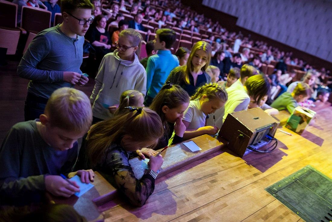 Дети сочиняют вопросы о джазе (фото © Михаил Афанасьев)