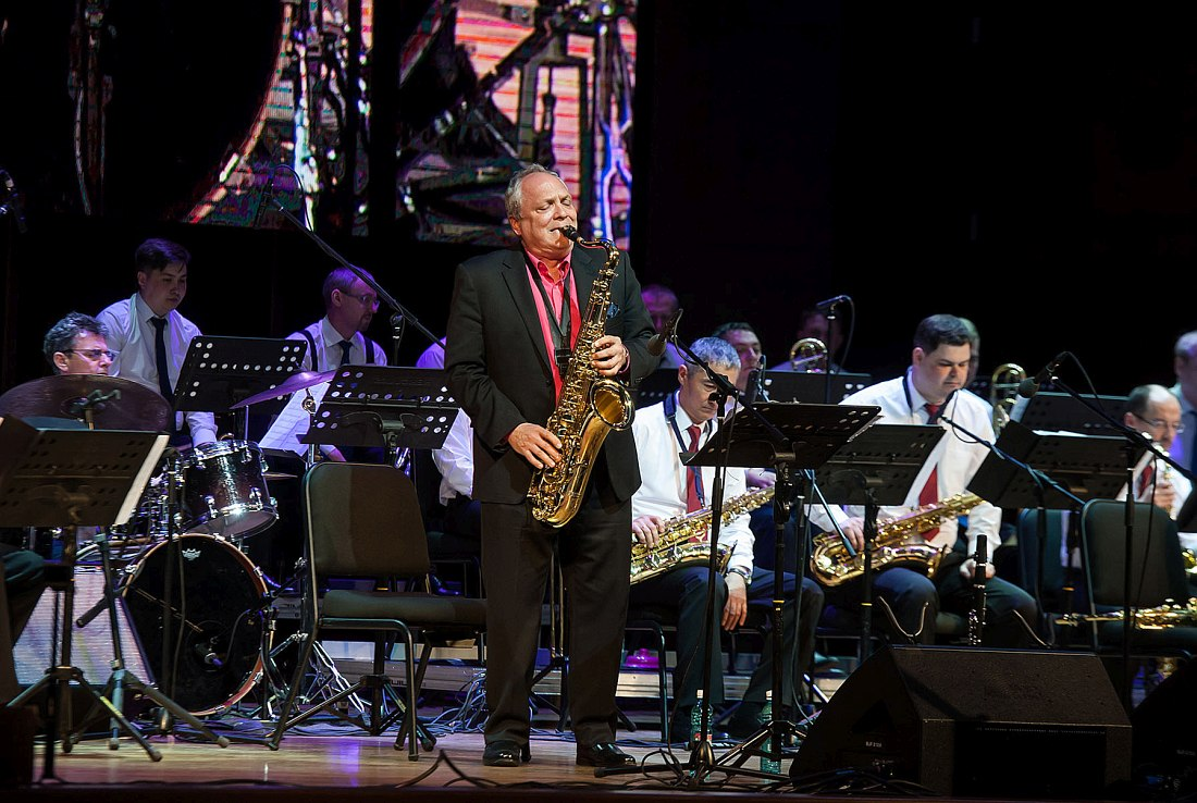 Кен Пепловски не только кларнетист, он также и отличный тенор-саксофонист