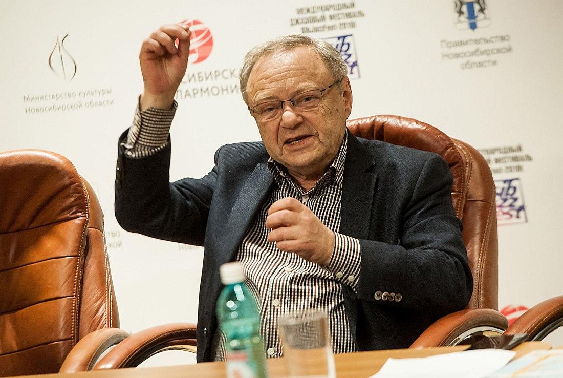 Выступает Леонид Чижик (фото © Михаил Афанасьев)
