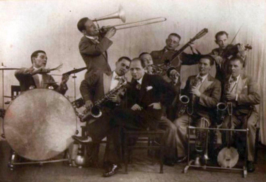 One of the early Soviet jazz bands in the 1930s (Leonid Zhukov's Tea Tants Dzhaz, i.e. Theatricalized Dance Jazz Band)