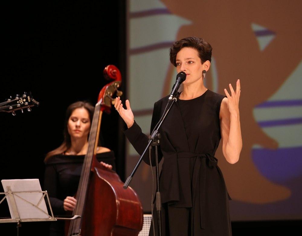 Алина Ростоцкая (на заднем плане контрабасистка Дарья Чернакова)