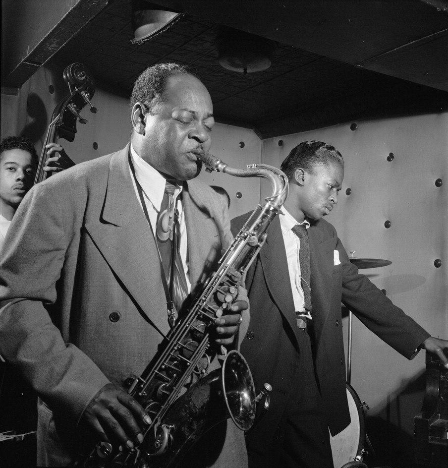 Около 1947. Справа от играющего Коулмана Хокинса 21-летний трубач Майлз Дэйвис (фото © Уильям Готтлиб, Библиотека Конгресса США)